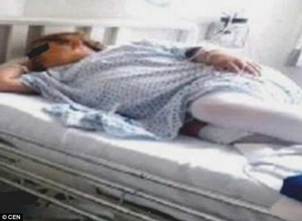 """Cô Gloria nhập viện trong tình trạng đau bụng quằn quại và cảm thấy """"đứa trê"""" trong bụng mình đang di chuyển."""