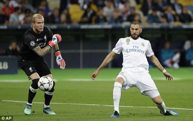 Karius ném bóng thẳng vào chân Benzema.