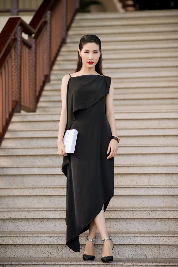 Diễn viên Diễm My 9X chọn trang phục với tông đen. Thiết kế có phom rộng tối giản với phần lưng được khoét sâu bất đối xứng. Sắc môi đỏ thẫm cùng mái tóc được chải mượt giúp nữ diễn viên thêm phần quyến rũ, cuốn hút.