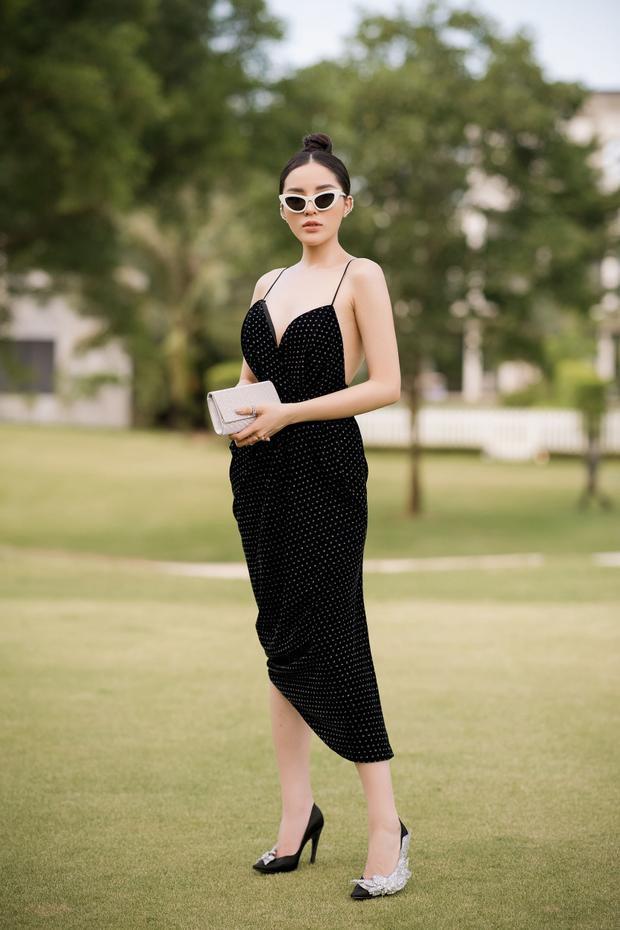 Hoa hậu Việt Nam 2016 Kỳ Duyên gợi cảm với chiếc đầm 2 dây ôm sát khoe đường cong. Sắc đen cổ điển được Đỗ Mạnh Cường làm mới với hoạ tiết chấm bi nhỏ màu trắng tương phản.