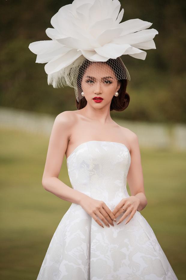 Nàng hậu chọn cách trang điểm, làm tóc cổ điển đồng điệu với phong cách thanh lịch, nữ tính của thiết kế.