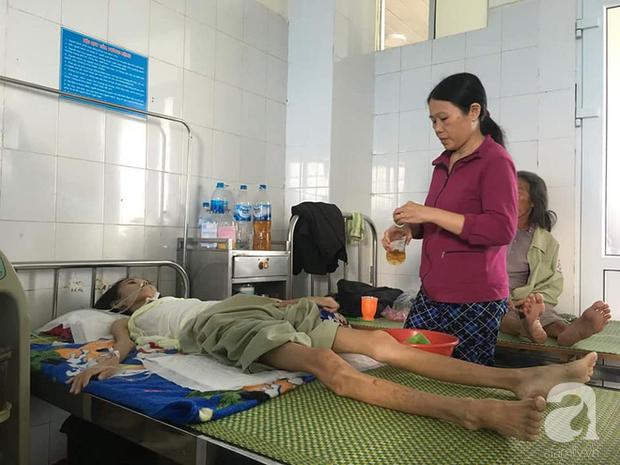 Suốt mấy tháng trời con nhập viện, bà Thu chưa một đêm ngon giấc khi thấy con bị bệnh tật hành hạ.