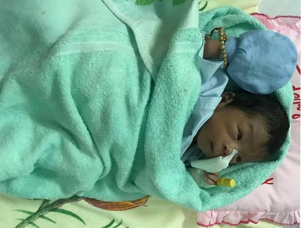 Bé trai bị chôn sống đã khỏe mạnh, đang được chăm sóc tại bệnh viện. Ảnh: Tuấn Kiệt.