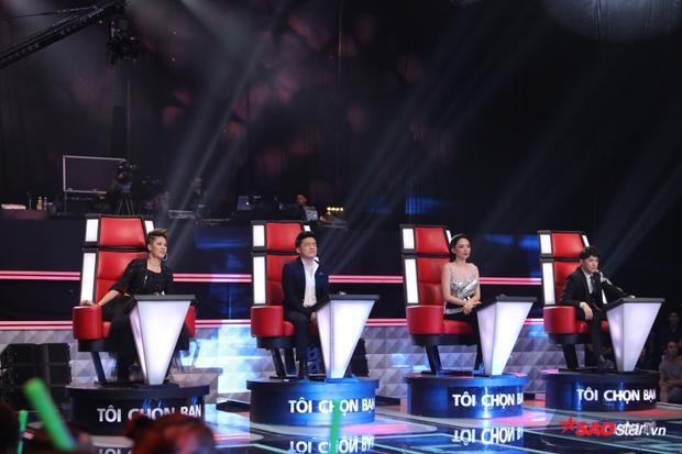 4 chiếc ghế nóng đã xoay lại với cô gái gốc Nghệ An.