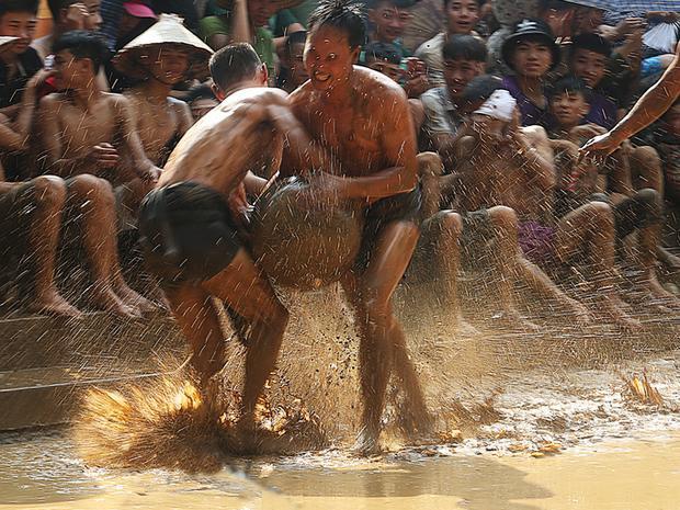 """Trên sân, nhiều cú va chạm diễn ra nảy lửa nhưng không ảnh hưởng đến quyết tâm của từng """"Quan cầu""""."""