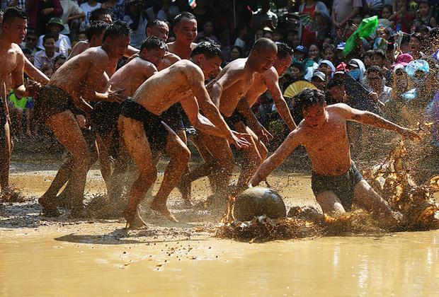 Luật chơi của hội rất đơn giản, mỗi giáp trong làng cử 8 thanh niên khỏe mạnh, đều phải là trai chưa vợ, gia đình không có tang, không có bệnh tật, dị tật.
