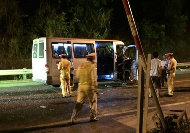 Lực lượng chức năng khám nghiệm hiện trường vụ tai nạn.