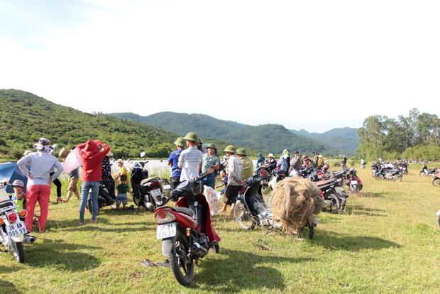 Từ sáng sớm, hàng trăm người dân xã Xuân Viên, huyện Nghi Xuân (Hà Tĩnh) và khu vực lân cận đã chuẩn bị nơm, vó, lưới đến vực Rào để đánh bắt cá.