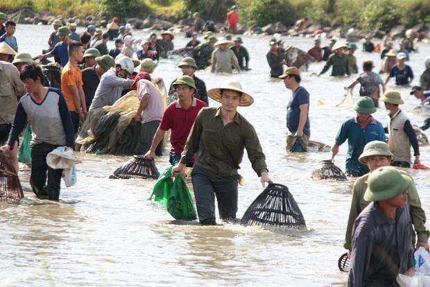 Theo những người từng tham gia lễ hội, năm nay sản lượng đánh bắt có ít hơn mọi năm nhưng số người tham gia đông gấp đôi.
