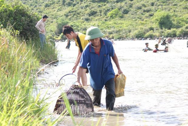 Điều đặc biệt những người tham gia bắt cá chỉ được dùng lưới, nơm và các dụng cụ thô sơ để đánh bắt cá.