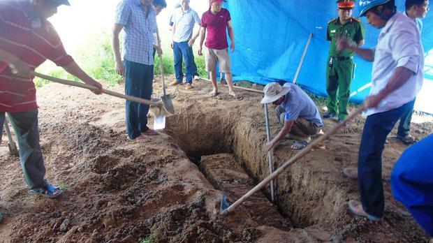 Cơ quan chức năng khai quật tử thi.