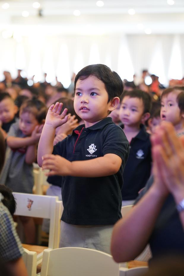 Cận ngày sinh, Khánh Thi rạng rỡ cùng Phan Hiển đưa Kubi dự lễ bế giảng