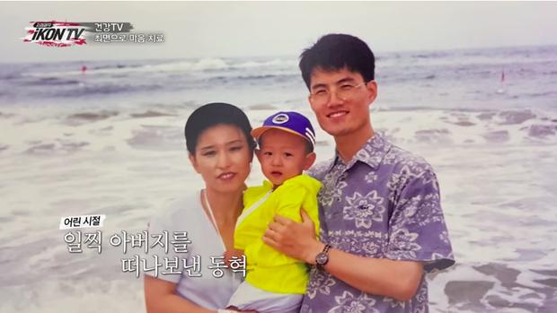 Hình ảnh Donghyuk bên người cha quá cố.