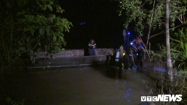 Lực lượng chức năng tìm kiếm thi thể nạn nhân. Ảnh: VTC News.