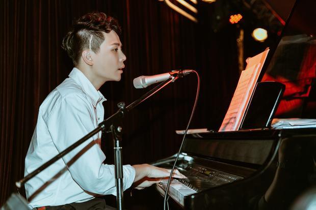 Anh tự đệm đàn một số bài hát để gửi tặng khán giả.