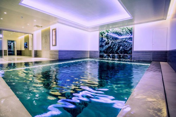 Một hồ bơi trong tầng hầm có thác nước trên tường tại một căn hộ ở khu Kensington, London. Ảnh: PINTEREST