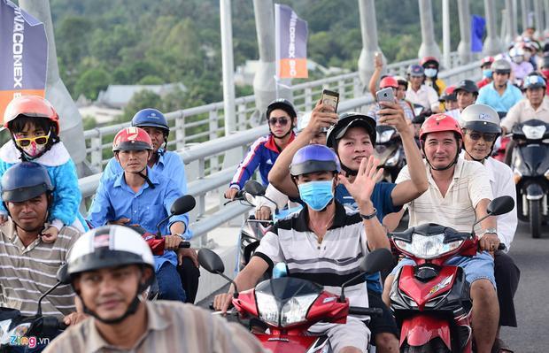 Không khí hân hoan, rộn ràng thể hiện trên khuôn mặt mỗi người khi lần đầu tiên được chạy qua cây cầu hiện đại sau nhiều năm mong chờ.