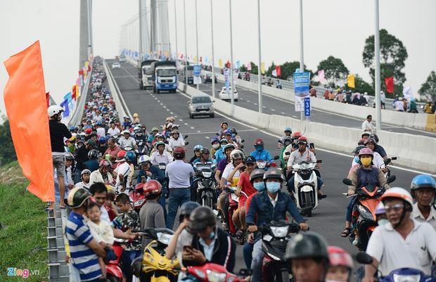 Không được đỗ xe trên cầu, nhiều người dừng chân dưới chân cầu để chụp hình.