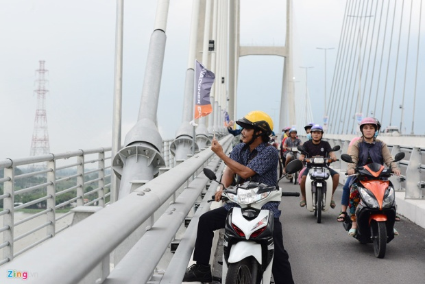 Sau khoảng hơn 1 giờ đông đúc xe cộ, người tham quan qua lại, nhiều người dừng đỗ ngay trên cầu, tranh thủ ghi hình lưu niệm.