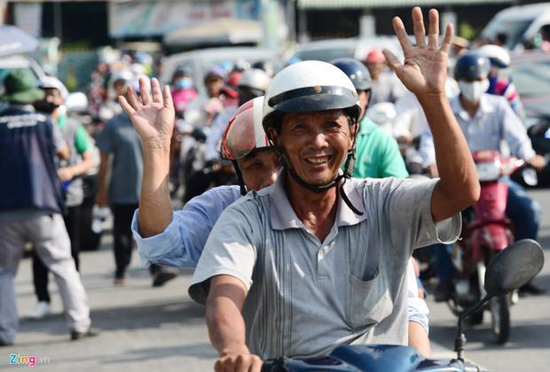 Niềm hân hoan thể hiện rõ trên khuôn mặt nhiều người, nhất là những vị cao niên. Họ chuẩn bị được chạy qua cây cầu mới hiện đại vừa được khánh thành sáng nay.