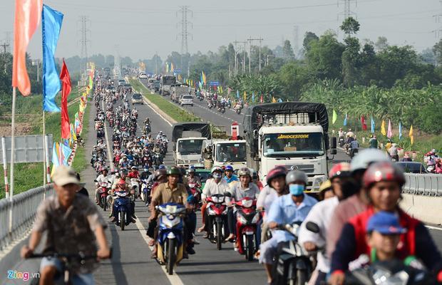 Chỉ khoảng chục phút sau, đường dẫn lên cầu ở cả hai hướng chật kín phương tiện, đặc biệt số người đi xe máy rất đông.