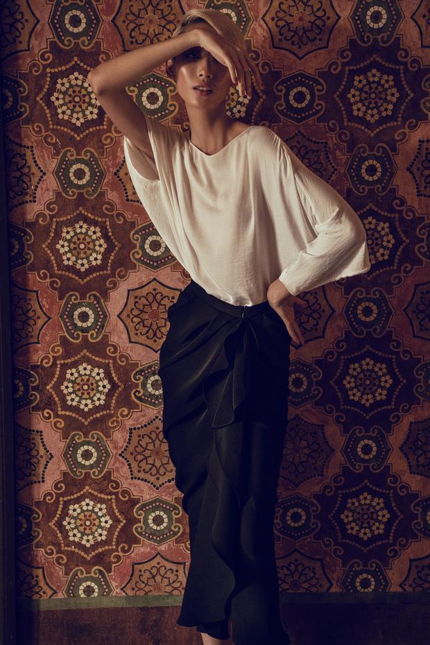 Ngoài sắc trắng, đen tách biệt, Đỗ Mạnh Cường còn kết hợp cả hai tông màu này trên cùng một tổng thể với áo đi kèm chân váy.