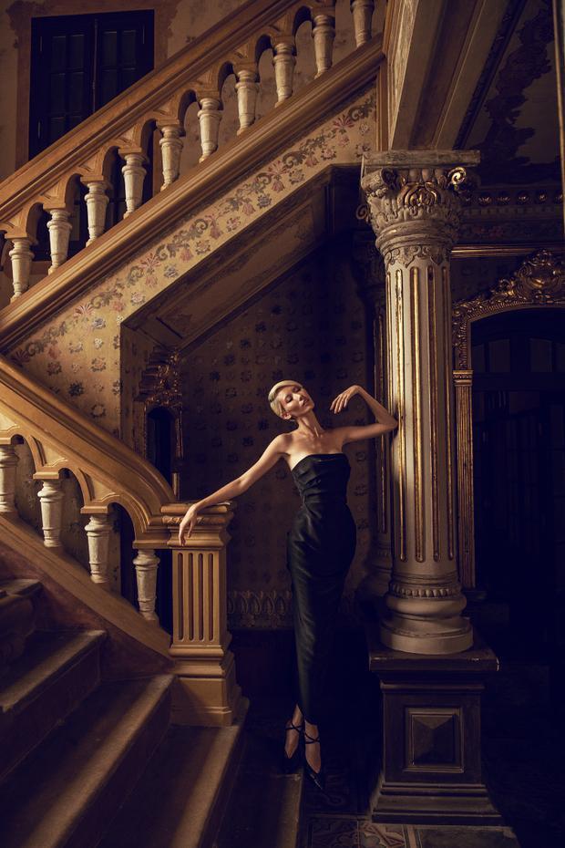 Hình ảnh gợi cảm nhưng vẫn thanh lịch, chừng mực được Hằng Nguyễn thể hiện qua chiếc váy quây màu đen với điểm nhấn là đường gấp tạo phom ở ngực váy cùng phần dún to bản ở lưng.