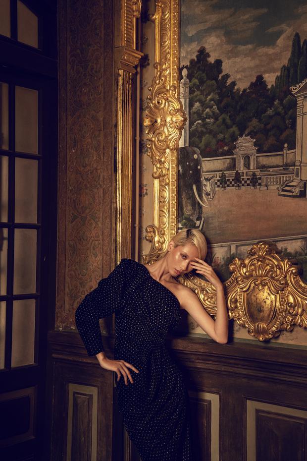 Nếu như chiếc váy dài tay lệch mang đến sự thanh lịch, nữ tính cho người mặc…