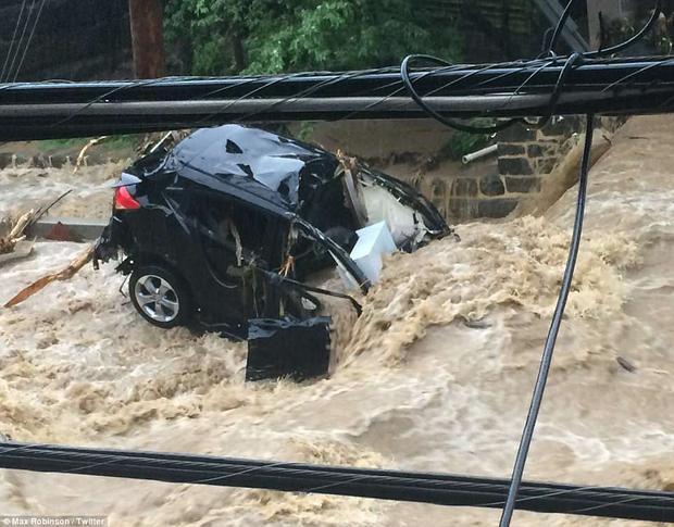Nước lũ dâng cao kèm gió lớn khiến nhiều xe ô tô và xe tải trên nhiều đoạn đường ở khu vực Ellicott City bị nhấn chìm, hư hỏng nặng nề.
