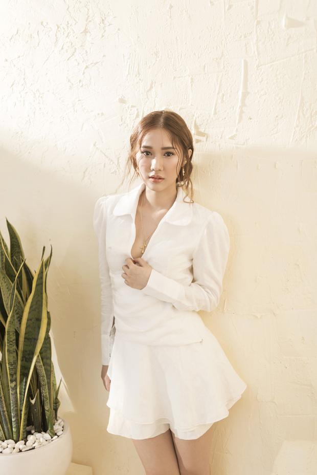 Bộ ảnh được thực hiện với nhiếp ảnh gia Mon Trần, stylist Bảo Luận và make-up Bao Luong.