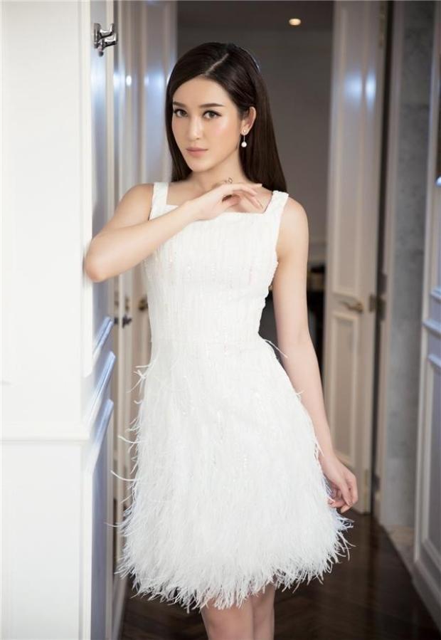 Huyền My là một trong những người đẹp mê mệt kiểu váy đính tua rua, từ đầm dài, váy ngắn, từ đính kết dạng sợi lông vũ hay cườm thanh, cườm hạt… thể loại thế nào cô nàng cũng từng diện qua.