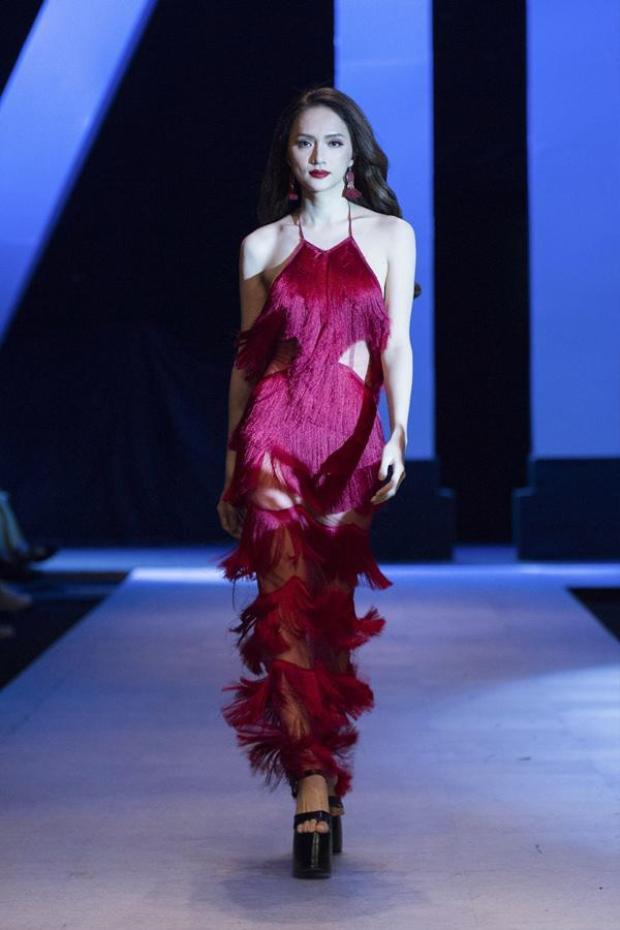 Đảm nhận vị trí vedette trong một show diễn thời trang, Hương Giang Idol cũng khiến khán giả ngẩn ngơ khi khoe dáng cùng váy tua rua đỏ. Kết cấu thông minh giúp trang phục tạo nên những khoảng hở gợi cảm khi người đẹp di chuyển mà vẫn chẳng hề phản cảm.