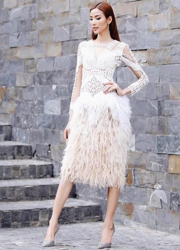 Khi làm HLV Gương mặt thương hiệu mùa 2, Hoàng Thùy cũng đã chọn một chiếc váy cocktail tua rua. Họa tiết nơi thân váy đem lại vẻ mạnh mẽ, nhưng lại hòa hợp lạ thường cùng phần tùng lông vũ nhẹ nhàng.