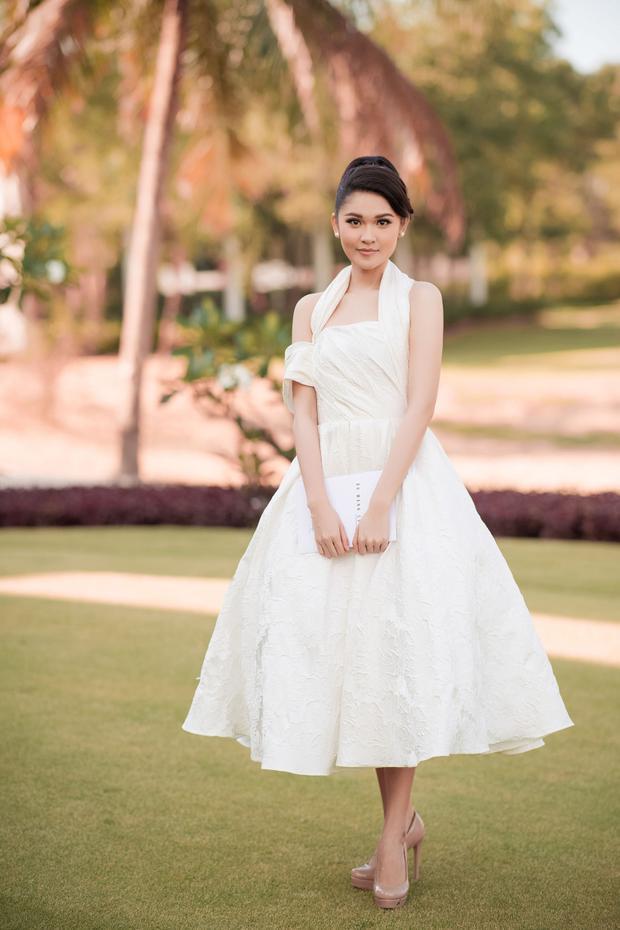 Á hậu Thùy Dung khoe vẻ nền nã cùng thiết kế đầm xòe, được drapping bất đối xứng hợp xu hướng.
