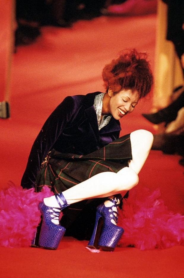 Trong sự nghiệp, người ta chỉ thấy Naomi Campbell vấp ngã duy nhất một lần trong show diễn của Vivienne Westwood tại Paris năm 1993. Đôi giày huyền thoại đó đã được trưng bày trong bảo tàng nghệ thuật, đó như là sự vinh danh mà giới thời trang dành cho siêu mẫu.