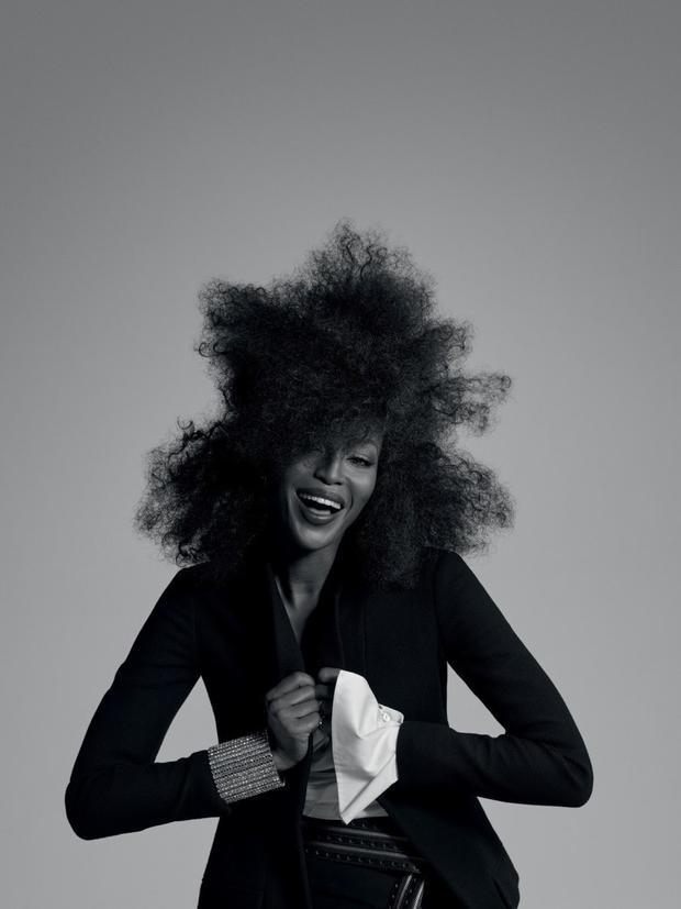 """Thành công nối tiếp khi bà đầm thép Anna Wintour """"chọn mặt gửi vàng"""" đưa cô trở thành gương mặt trang bìa tạp chí Vogue Mỹ số September Issue, ấn phẩm đặc biệt và quan trọng nhất của tờ Vogue, lúc đó Naomi chỉ vừa 19 tuổi."""