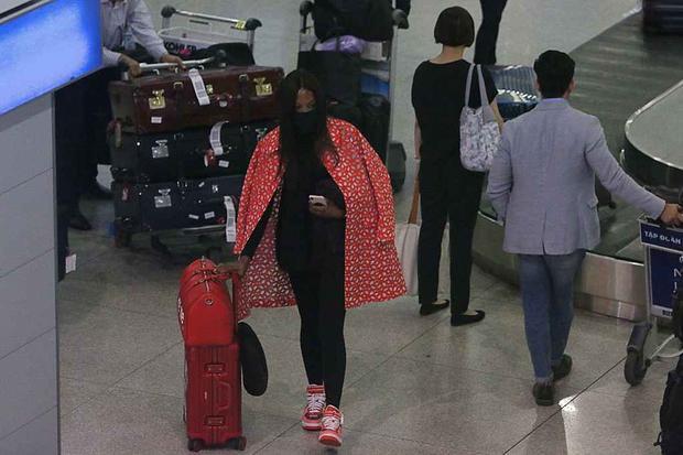 Naomi Campbell nổi bật giữa sân bay Tân Sơn Nhất.
