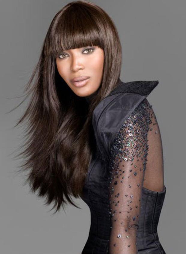 """Dấu ấn quan trọng trong nghề mẫu của Naomi là xuất hiện trên tạp chí Vogue Anh năm 1987. Tiếp đó, """"báo đen"""" trở thành người mẫu da màu đầu tiên xuất hiện trên tạp chí Vogue Pháp năm 1988, một tiền lệ chưa từng xảy ra trước đây."""