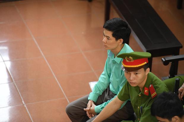 Bị can Hoàng Công Lương trong phiên xét xử sáng ngày 28/5. (Ảnh: Như Hoàn)