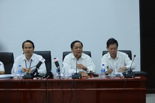 ÔngNguyễn Đình Vĩnh, Giám đốc Sở Giáo dục và Đào tạo TP Đà Nẵng (bên trái) trong cuộc họp báo liên quan đến vụ bảo mẫu bạo hành trẻ nhỏ.