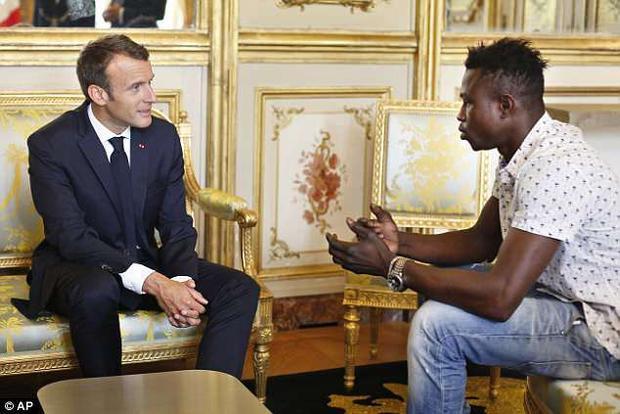 Gassama gặp gỡ Tổng thống Pháp Macron tạiĐiện Elysee.