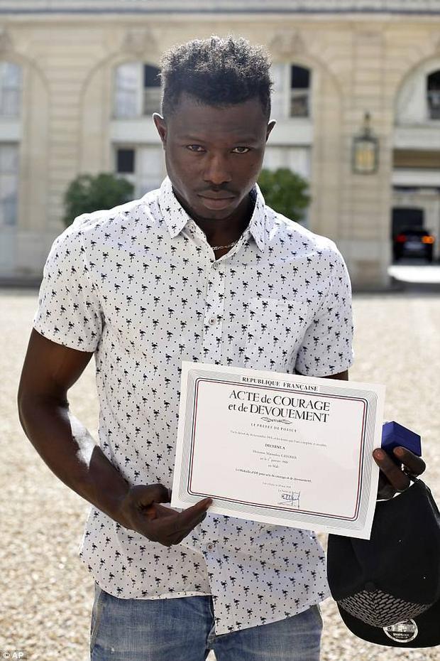 Gassama được trao quyền công dân Pháp sau màn giải cứu ngoạn mục.