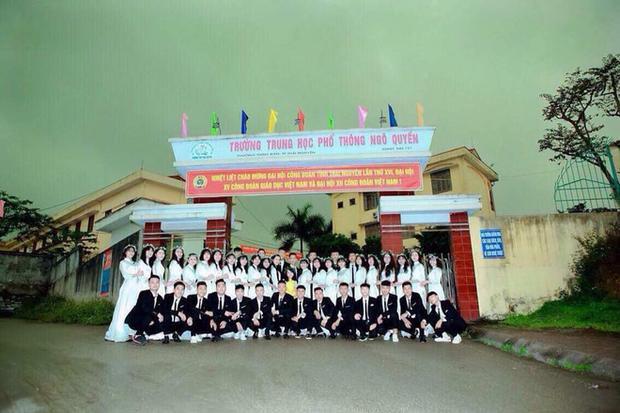 Bức ảnh chụp tập thể lớp 12A4 trường THPT Ngô Quyền trong buổi sáng mưa giông ngày 24/4.