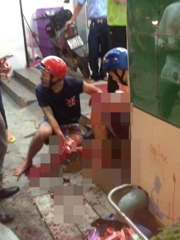 Hai nạn nhân bị đâm trọng thương.