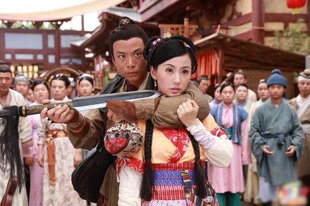 Khi bị cướp uy hiếp, nàng Nguyên Nguyệt vẫn có vẻ… cứng đơ vì thiếu kinh nghiệm.