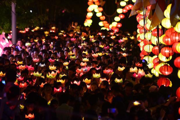 Hoa đăng sáng lung linh dưới kênh Nhiêu Lộc trong tối nay.