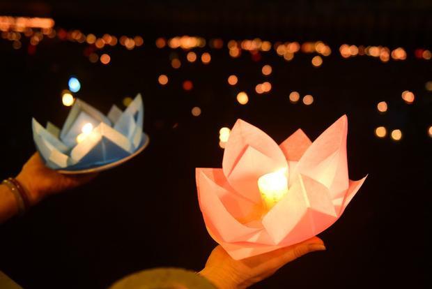 Hàng ngàn người Sài Gòn chen chân thả hoa đăng trên kênh Nhiêu Lộc