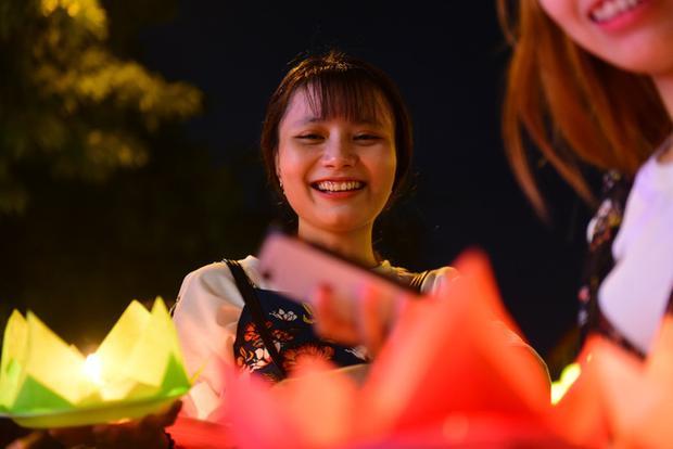 Các bạn trẻ thích thú khi lần đầu tiên được thả hoa đăng tại chùa Pháp Hoa, Q.3.