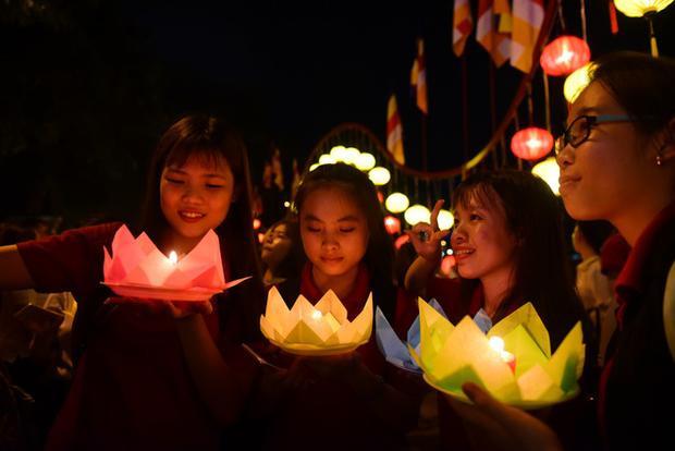 Bà Lê Thị Kim Mơ (Q.Thủ Đức) được con gái chở tới chùa hàng năm trong dịp lễ Phật đản để thả hoa đăng, cầu bình an cho gia đình.