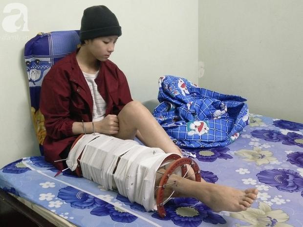 Hình ảnh cô gái nhỏ chịu đau đớn, giày vò khi mẹ vừa mất, 5 bố con nương tựa lẫn nhau khiến nhiều người xúc động.